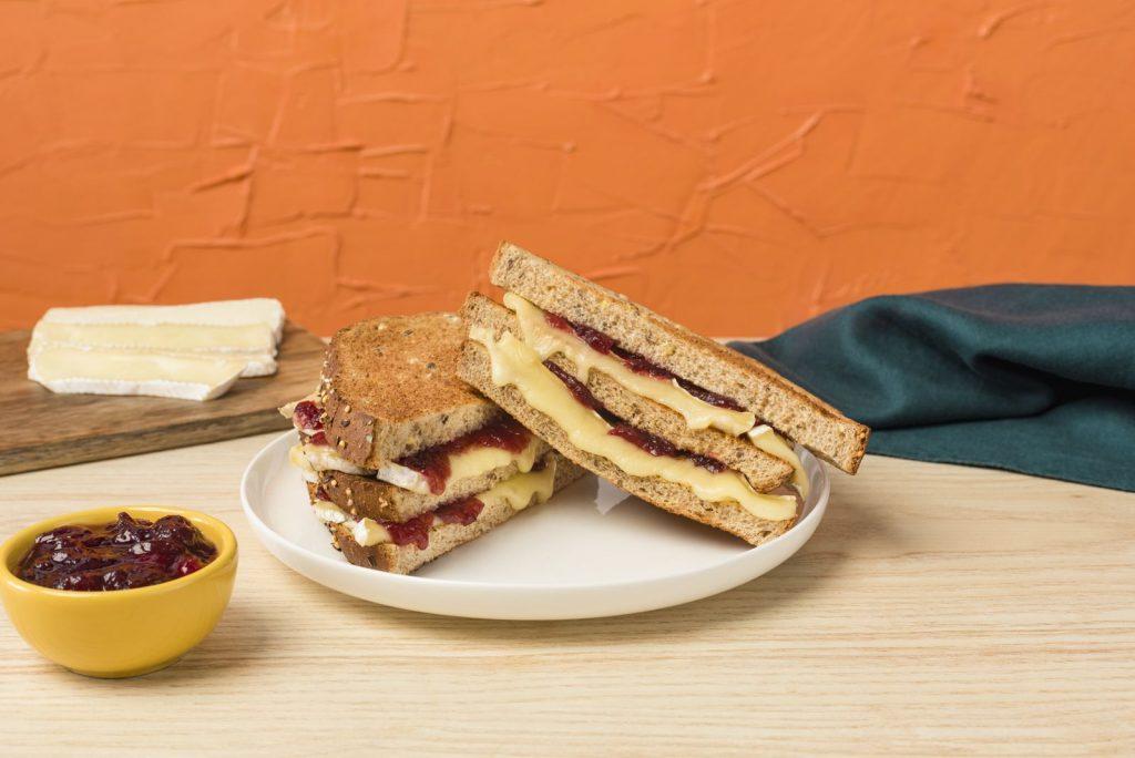 Sandwich au brie grillé et à la canneberge avec le pain 14 grains de Country Harvest